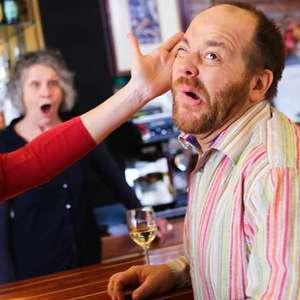 Mulher soca homem que a chamou de 'delícia' em restaurante
