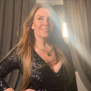 Simony posa com vestido justinho e recebe chuva de elogios