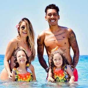 De férias, Firmino divide dia a dia com a família nas ...