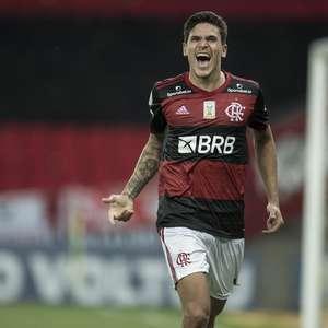 Fla marca no último lance, vira sobre Goiás e é vice-líder