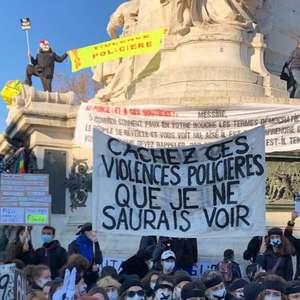 Governo Macron escorrega cada vez mais para a direita