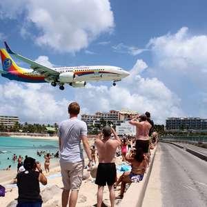 Maho Beach: aviões passam a 15 metros do chão e são ...