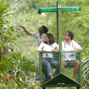 Teleférico faz viagem sobre floresta na Cidade do Panamá