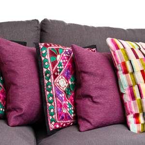 Confira dicas para usar almofadas em salas e quartos