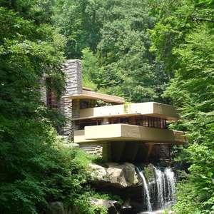 Projeto integra casa a cachoeira e vira ícone da arquitetura
