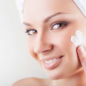 Cosméticos antes e depois da depilação facial causam alergia