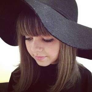 Lenços, chapéus e boinas compõe looks de Klara Castanho
