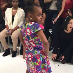 Estilista de 5 anos desfila linha de roupas durante NYFW