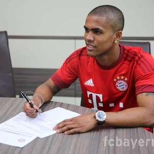 Douglas Costa assina por cinco anos com Bayern de Munique