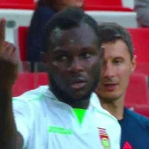 Ganês mostra dedo ao sofrer racismo na Rússia e... é expulso
