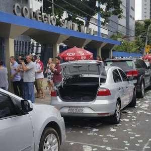 Ruas de Recife ficam cheias de panfletos e santinhos