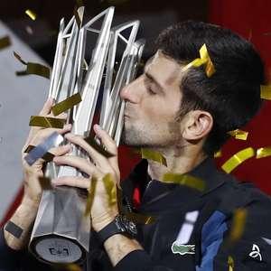Djokovic bate Coric, é tetra em Xangai e se aproxima do topo