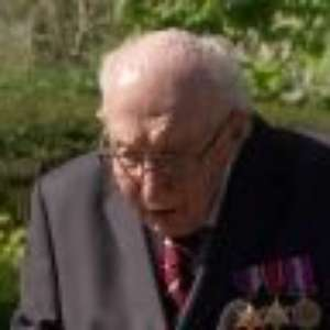 De andador, veterano de guerra de 99 anos arrecada milhões para saúde pública britânica
