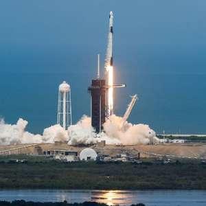 Nasa lança foguete para missão espacial tripulada