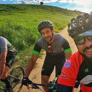 Fred inicia percurso de bicicleta para se apresentar ao Fluminense