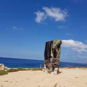 Monumento a migrantes é 'embalado' em Lampedusa, na Itália