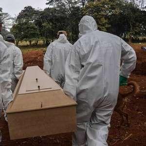 Com atraso, Brasil divulga balanço com recorde de mortos por Covid