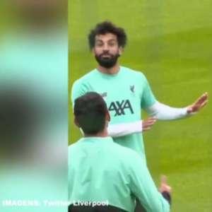 VÍDEO: Entrou na roda! Salah erra passe e vai para o meio do Bobinho