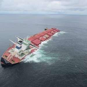 Marinha decide afundar navio que tombou com minério da Vale
