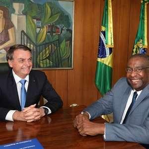 """""""Deu problema com o Decotelli"""", diz Bolsonaro a apoiadores"""