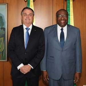 Após conversa, Bolsonaro decide manter Decotelli no MEC