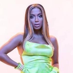 Clipe: Anitta usa vestido camisola parecido ao de Marquezine