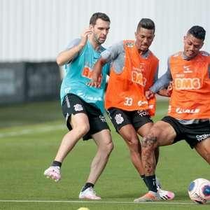 Elenco do Corinthians trabalha com bola em treino ...