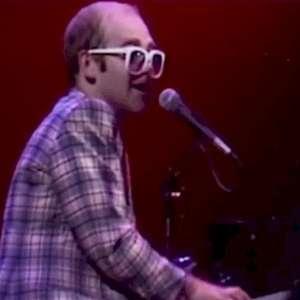 Elton John disponibiliza show histórico na Escócia em 1976
