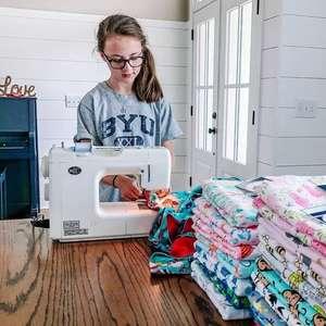 Menina de 11 anos costura 500 cobertores para crianças