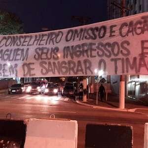 Grupo de torcedores do Corinthians protesta contra a diretoria do clube