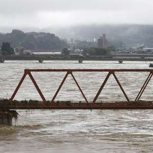 Inundações e deslizamentos transformam ruas em rios no ...