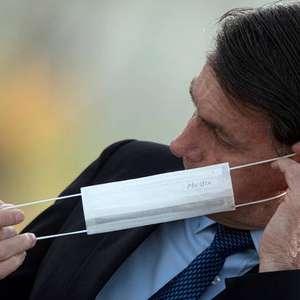 Com febre, Bolsonaro faz novo teste de Covid-19