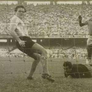 Como jogador do Santos, Pelé estreava pela Seleção ...