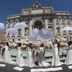 Noivas protestam contra adiamento de casamentos em Roma