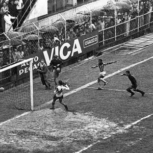 Jogo do Santos em que Pelé fez oito gols tem fotos inéditas resgatadas