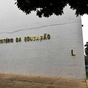 Bolsonaristas pedem por coronel do Exército no MEC