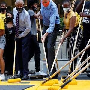 """Prefeito de Nova York pinta """"Black Lives Matter"""" em ..."""