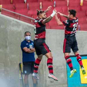 Flamengo vence Fluminense e abre vantagem na decisão
