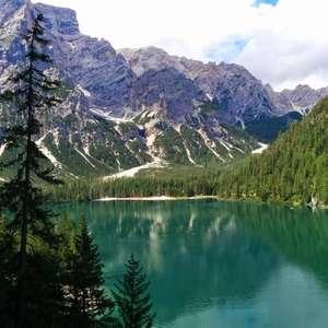 Itália restringe carros em popular lago no norte do país
