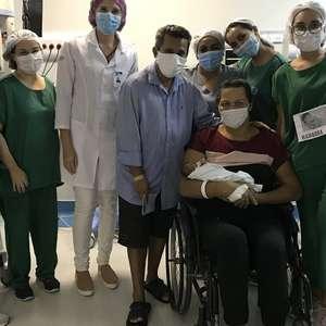 Mãe recuperada de covid-19 vê bebê 43 dias após parto de ...