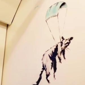 Banksy faz intervenção sobre Covid-19 no metrô de Londres