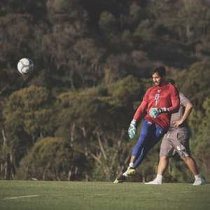 Após falha, goleiro do Paraná ganha ajuda do técnico ...