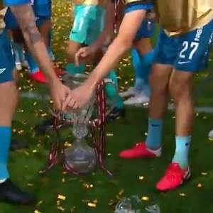 Zenit é campeão, capitão exagera e quebra troféu na festa