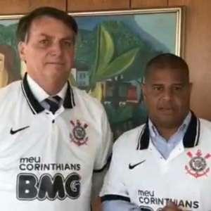 E daí que morreram 90 mil? Bolsonaro vestiu camisa do Timão
