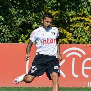 Dani Alves se manifesta após queda: 'Jamais me verão atrás do pelotão'