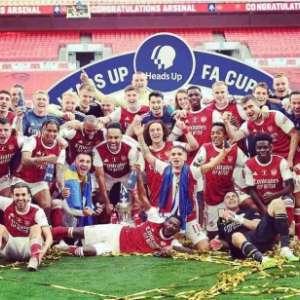 VÍDEO: Jogadores do Arsenal levantam troféu da FA Cup