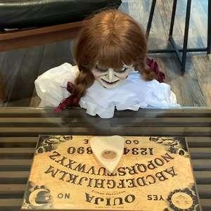 Warner revela o que a boneca Annabelle anda aprontando ...