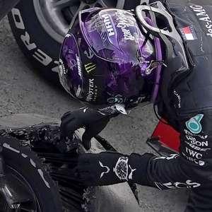Mercedes diz que Hamilton chegou a 230 km/h com três pneus