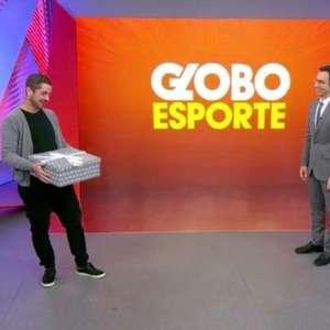 Andreoli dá presente inusitado para Tralli na volta do Globo Esporte: 'Não é para cozinhar'