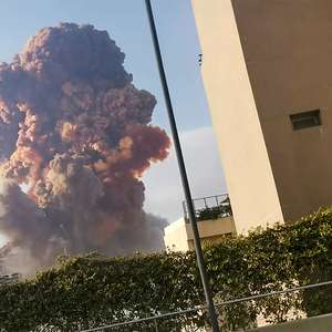 Forte explosão na região portuária de Beirute deixa ...